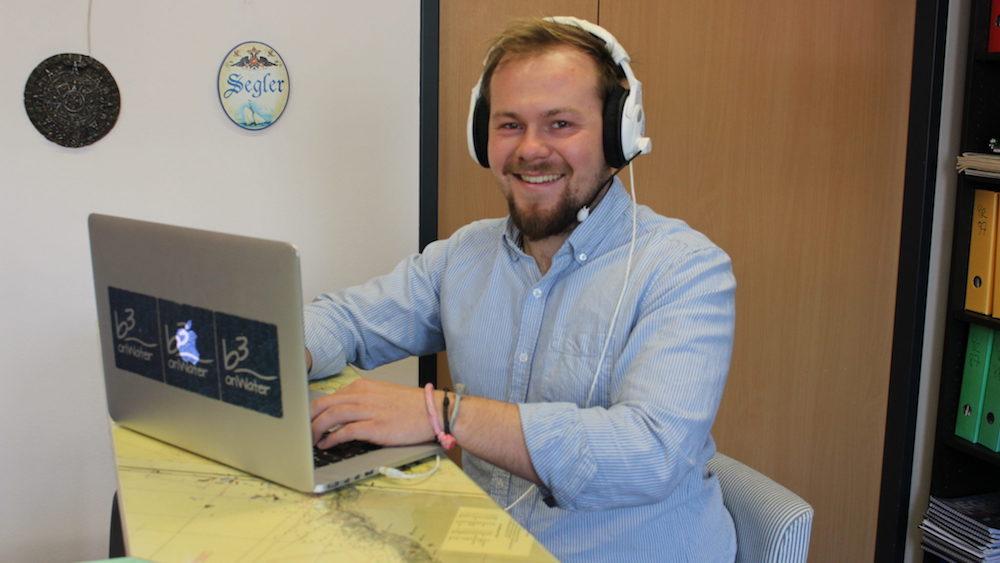 Klemens Bayr vor einem Laptop