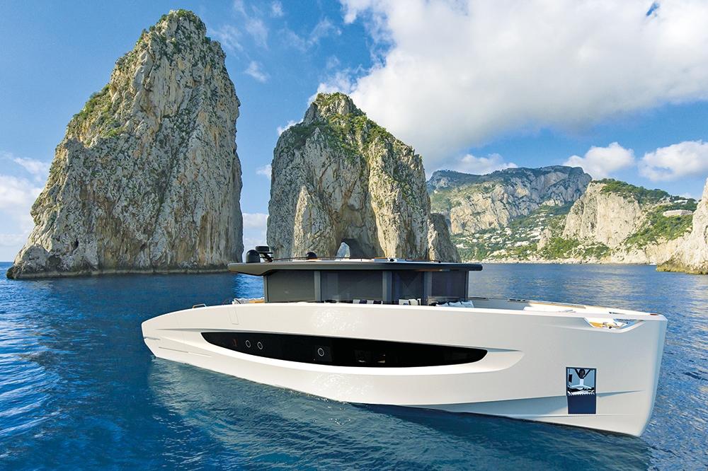 Motorboot mit Segel-DNA